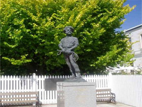 Alexander Cameron Statue - Accommodation Port Macquarie