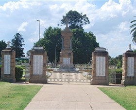 Warwick War Memorial and Gates - Accommodation Port Macquarie